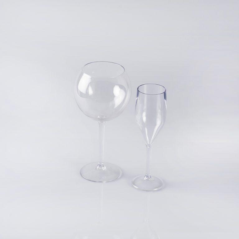Set di bicchieri in plastica infrangibile, ideali per contenere le bevande preferite durante gli eventi o le serate tra amici in tutta sicurezza