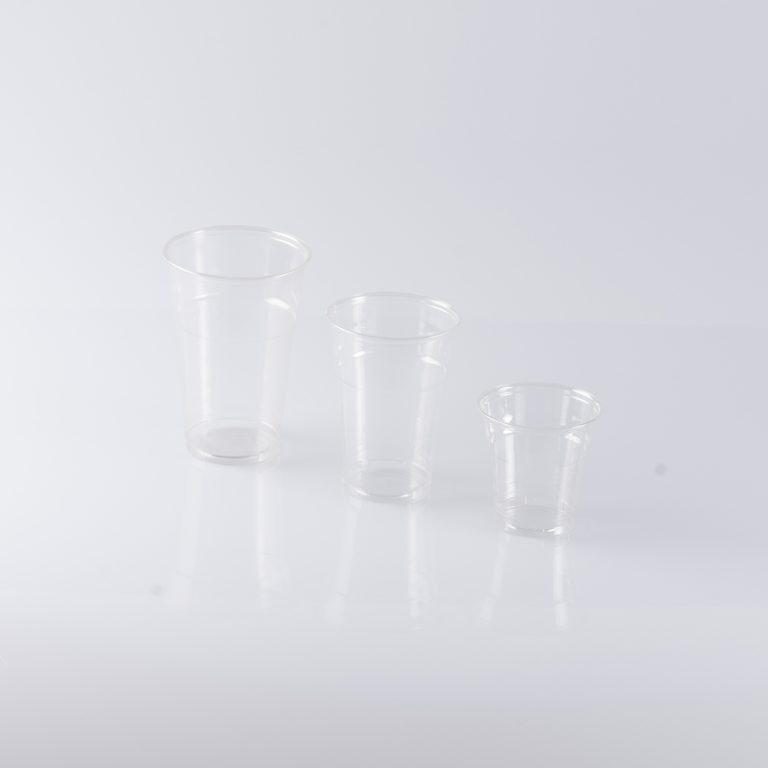 Set di bicchieri in plastica con diverse fantasie, ideale per contenere le bevande preferite durante gli eventi o le serate tra amici