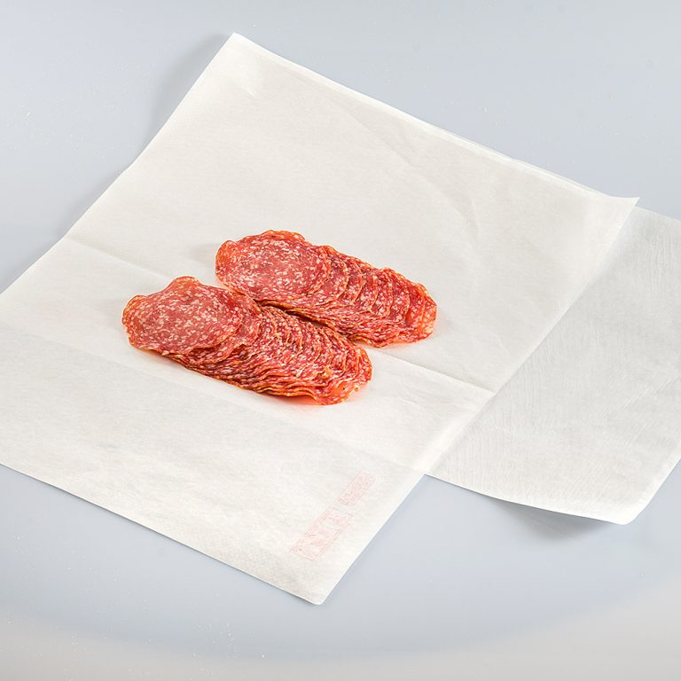 Foglio di carta accoppiata, particolarmente resistente al grasso, ideale per prodotti appena affettati